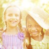 Bambini all'aperto che giocano insieme concetto allegro Immagine Stock