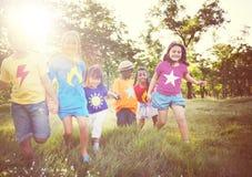 Bambini all'aperto che giocano insieme concetto allegro Fotografie Stock