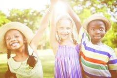 Bambini all'aperto che giocano insieme concetto allegro Immagine Stock Libera da Diritti