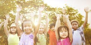 Bambini all'aperto che giocano insieme concetto allegro Fotografie Stock Libere da Diritti