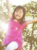 Bambini all'aperto che giocano insieme concetto allegro Fotografia Stock Libera da Diritti