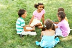 Bambini all'esterno immagini stock libere da diritti