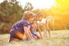Bambini all'inizio di una corsa Immagini Stock Libere da Diritti