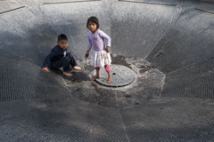 Bambini alla fontana immagini stock libere da diritti