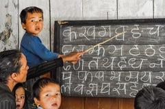 Bambini alla scuola nel Nepal Immagini Stock
