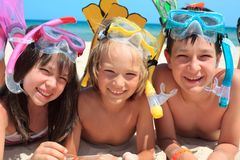 Bambini alla spiaggia che naviga usando una presa d'aria Fotografia Stock Libera da Diritti