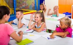 Bambini allegri alla lezione della scuola Fotografie Stock Libere da Diritti