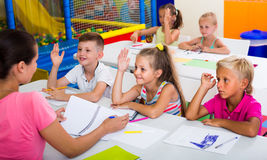 Bambini allegri alla lezione della scuola Immagini Stock