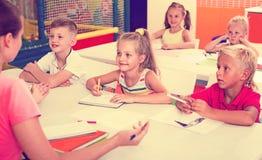 Bambini allegri alla lezione della scuola Fotografia Stock