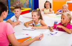 Bambini allegri alla lezione della scuola Immagine Stock
