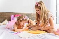 Bambini allegri che creano un'immagine Immagine Stock
