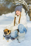 Bambini allegri che giocano nella neve Due ragazze felici divertendosi fuori del giorno di inverno Immagine Stock Libera da Diritti