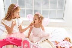 Bambini allegri che godono dei dolci a casa Fotografia Stock Libera da Diritti