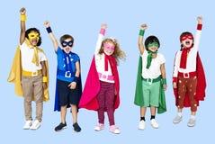 Bambini allegri che portano i costumi del supereroe fotografia stock libera da diritti