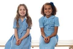 Bambini allegri che si rilassano sul banco della scuola Immagini Stock