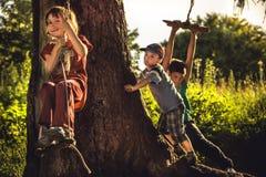 Bambini allegri divertendosi all'aperto nella foresta durante le vacanze estive in campagna che simbolizza infanzia spensierata f immagine stock