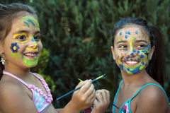 Bambini allegri - fronte dipinto ragazze Fotografie Stock Libere da Diritti