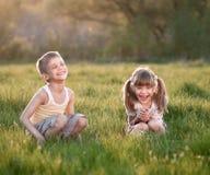 Bambini allegri nell'erba Fotografia Stock