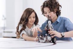 Bambini amichevoli che usando con le tecnologie moderne alla scuola Immagine Stock