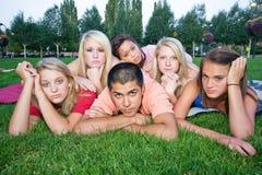 bambini annoiati dell'erba Fotografie Stock Libere da Diritti