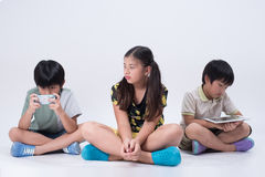 Bambini asiatici che giocano compressa Immagine Stock