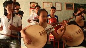 Bambini asiatici che giocano gli strumenti tradizionali video d archivio
