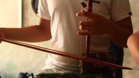 Bambini asiatici che giocano gli strumenti tradizionali stock footage