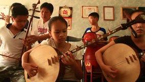 Bambini asiatici che giocano gli strumenti tradizionali archivi video