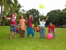 Bambini asiatici che giocano nella sosta Fotografia Stock