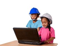 Bambini asiatici che indossano il casco di sicurezza e che pensano piallatrice isolata su fondo bianco Bambini e concetto di istr immagine stock