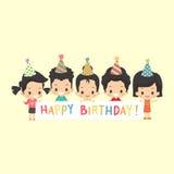 Bambini asiatici con l'insegna di buon compleanno Fotografia Stock