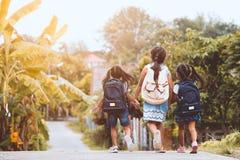 Bambini asiatici dell'allievo con andare a scuola dello zaino fotografia stock libera da diritti
