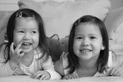 Bambini asiatici della corsa mista che sorridono alla macchina fotografica Immagine Stock
