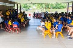 Bambini in assemblea della scuola con il pretesto del tetto Fotografia Stock