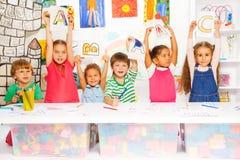 Bambini astuti che imparano le lettere e scrittura Fotografia Stock