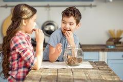 Bambini attenti che mangiano alcuni biscotti Fotografie Stock Libere da Diritti