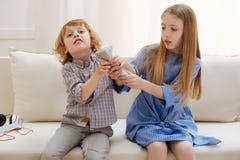 Bambini attivi adorabili che combattono per la ripresa esterna Immagini Stock Libere da Diritti