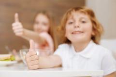 Bambini attivi ammirevoli che li mostrano quanto che godono della mattina Fotografia Stock