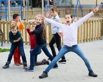 Bambini attivi che giocano all'aperto Immagini Stock Libere da Diritti