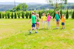 Bambini attivi che giocano i giochi all'aperto Immagini Stock