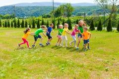 Bambini attivi che giocano i giochi dell'iarda Fotografia Stock