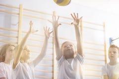 Bambini attivi che giocano pallavolo Immagini Stock