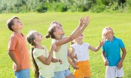 Bambini attivi che saltano insieme nel parco su estate Fotografia Stock Libera da Diritti