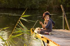 Bambini attivi che si siedono con i bastoni in mani Fotografie Stock Libere da Diritti