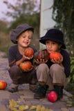 Bambini attivi che si siedono con le zucche di Halloween Immagini Stock Libere da Diritti