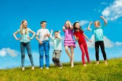 Bambini attivi felici all'aperto Immagine Stock