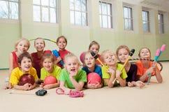 Bambini attivi felici in palestra Fotografie Stock