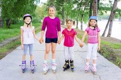 Bambini attivi sui rollerblades Fotografie Stock Libere da Diritti