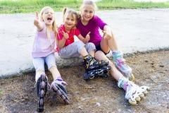 Bambini attivi sui rollerblades Immagini Stock Libere da Diritti