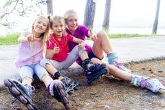 Bambini attivi sui rollerblades Fotografia Stock